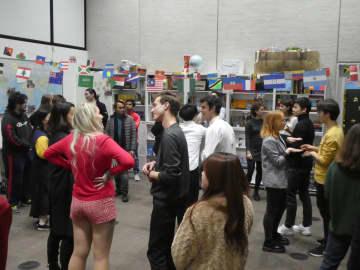パーティーでは世界各国から来た学生が交流した