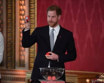 ヘンリー英王子は16日、王室の主要メンバーから退く意向を表明後、初めてとなる公務に臨んだ。写真は、来年のラグビーリーグワールドカップの組み合わせ抽選を行う王子。代表撮影 - (2020年 ロイター)