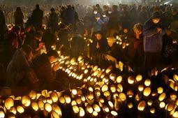 日が暮れても追悼の人波は途切れなかった神戸・東遊園地。昨年を約6千人上回る約5万4千人が訪れ、過去5番目の人数となった=17日午後5時46分、神戸市中央区加納町6(撮影・小林良多)