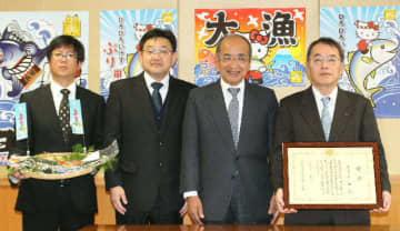 県内初の食料産業局長賞を受けた兵殖の中迫猛社長(右端)ら