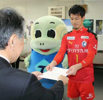 委嘱状を受け取る高木駿選手(右)とニータン