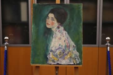 見つかった画家クリムトの「婦人の肖像」=17日、イタリア北部ピアチェンツァ(AP=共同)