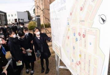 案内図で試験室を確認する受験生たち=1月17日、福井県福井市の福井大学文京キャンパス
