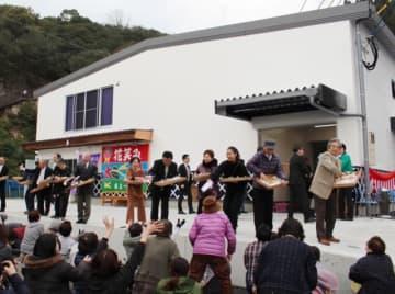 新しく完成した大地酒造上浦醸造所で、完成を祝って餅まき=佐伯市上浦浅海井浦