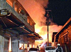 激しく燃える倉庫など=17日午前5時5分ごろ、会津美里町