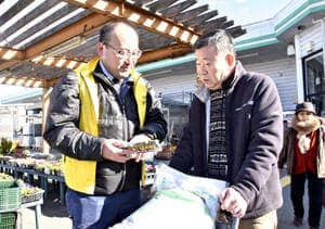 不法投棄の防止を訴える市職員(左)