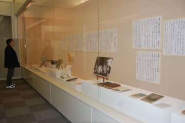 【万葉集研究の基礎を築いた国文学者としての佐佐木信綱を紹介する展示の数々=鈴鹿市国分町の同市考古博物館で】