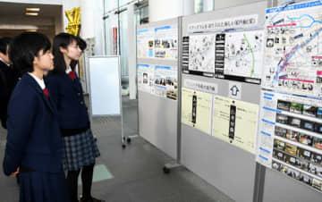 案内板のデザイン案を見る福島西高の生徒ら