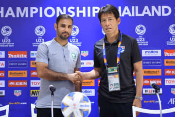 Thailand coach Akira Nishino (right) shakes hands with his Saudi Arabian counterpart Saad Al Shehri.
