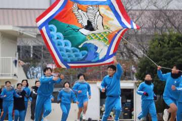 クラスの力を結集した大凧=長与町、長崎北陽台高