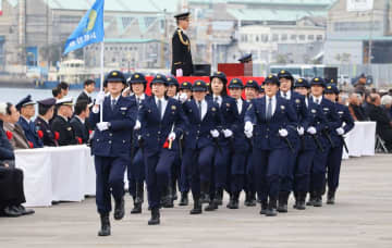 年頭視閲式で行進する警察官=長崎市、県警本部前岸壁