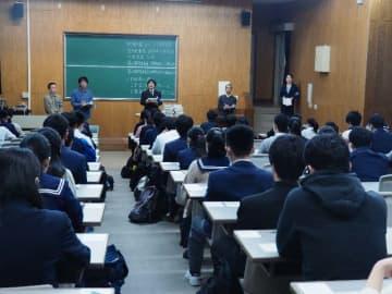 大学入試センター試験に臨む受験生=18日午前9時10分ごろ、西原町・琉球大学