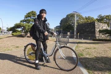 高松市の実験でアプリで貸自転車を予約した加治洸志郎さん=18日