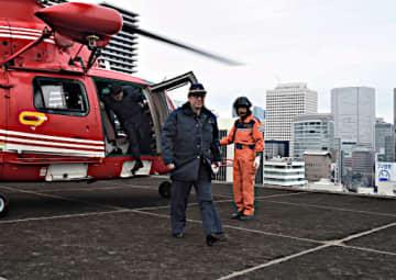 ヘリコプターで大阪市役所屋上に到着し、庁内に入る松井市長(中央)=17日(代表撮影)