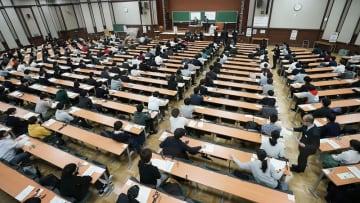 大学入試センター試験に臨む受験生=1月18日午前、東京・本郷の東京大学