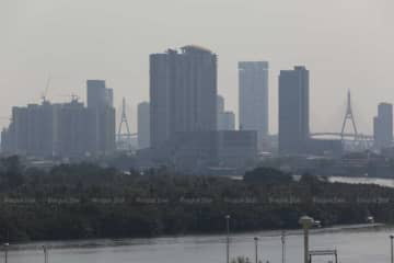 The levels of fine PM2.5 dust particles exceed safety standards at 37 air-quality monitoring stations in Bangkok and surrounding provinces on Saturday morning. (Bangkok Post file photo)