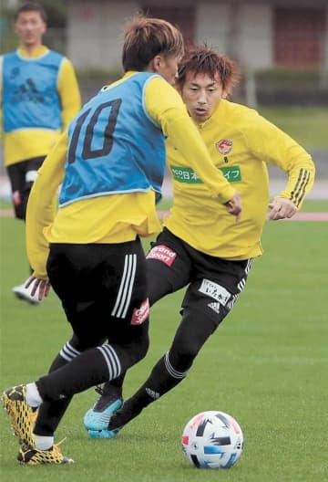 積極的なプレーを見せる兵藤(右)。左は平岡