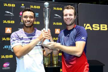 「ATP250 オークランド」男子ダブルスで優勝したマクラクラン(左)とBambridge(右)