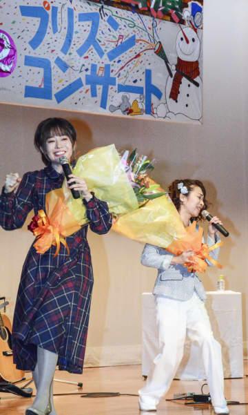 刑務所などで続けるボランティア公演の500回目の記念コンサートで歌う女性デュオ「ペペ」のManamiさん(左)とMegumiさん=18日、横浜刑務所