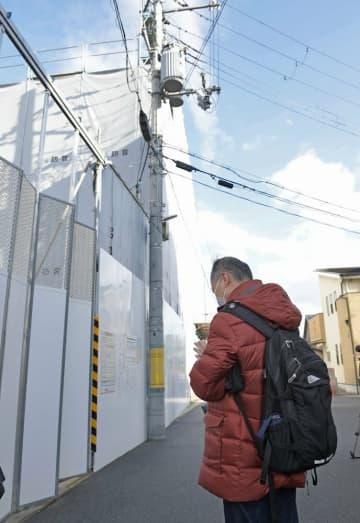 京都アニメーション第1スタジオに向かって手を合わせる男性(18日午前9時50分、京都市伏見区)