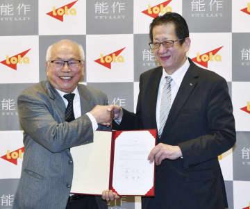 台湾での新会社設立に関する調印式を終え、LOTAグループ幹部(左)と握手を交わす能作の能作克治社長=18日午後、富山県高岡市