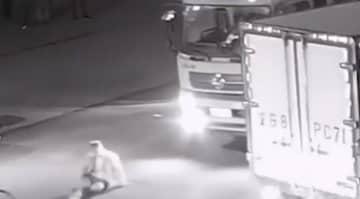 トラックにぶつけられたと騒ぐ男、防犯カメラの映像を見てみると…―中国