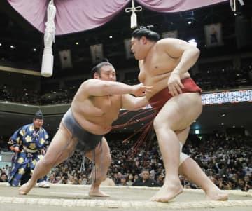 貴景勝(左)が押し出しで阿炎を下す=両国国技館