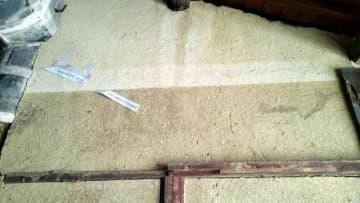 二つの水害の痕跡とみられる線が残る壁。上が1893年、下が西日本豪雨(森脇敏さん提供)