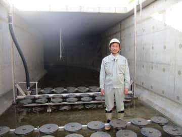 新しい下水処理システムを導入した高知県香南市の野市浄化センター内部に立つ高知大の藤原拓教授(本人提供)
