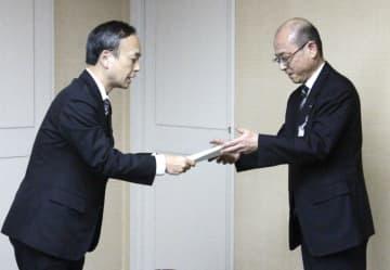 第三者委の藤川大祐委員長(左)から最終提言を受け取る伊藤哲教育長=18日午後、茨城県取手市役所