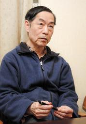 津田幸恵さんが使っていたボールペンを手にする父の伸一さん=加古川市内