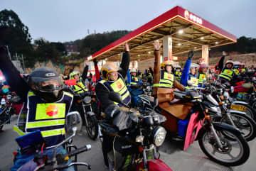 春節まであとわずか 出稼ぎ労働者のバイク帰省始まる 福建省