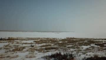 厳寒の中、凍結した湖で冬の漁 新疆ウイグル自治区