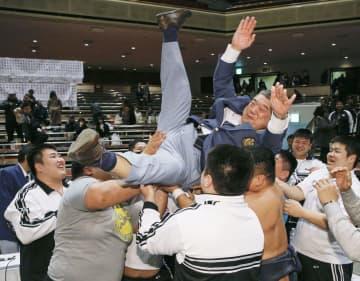 全日本相撲選手権大会で胴上げされる近大の伊東勝人監督=2019年12月、両国国技館