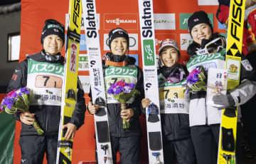 女子団体で2位になり表彰台で笑顔の(左から)伊藤有希、丸山希、高梨沙羅、勢藤優花=クラレ蔵王シャンツェ