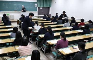 問題冊子や解答用紙を配布され、試験開始を待つ受験生=18日午前9時12分、岡山大津島キャンパス