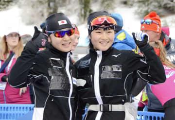 ノルディックスキー複合女子で2位に入り、ポーズをとる宮崎彩音(右)=フランス東部(共同)