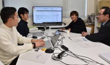 宮日ネットリサーチを活用し、卒業論文の作成を進めている宮崎大地域資源創成学部の学生ら=13日午後、宮崎市