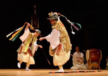 長崎県の上五島神楽が披露された「九州の神楽シンポジウム」=18日午後、宮崎市・メディキット県民文化センター