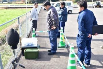 霧島演習場から最も近い小学校の隣接地に設置された騒音測定装置。19日から測定が始まる=18日午後、えびの市浦