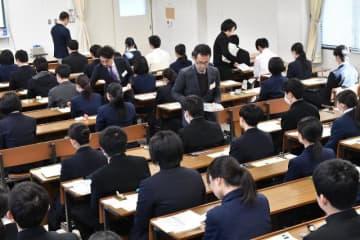 問題用紙などが配られる中、試験開始を静かに待つ受験生=18日午前、宮崎市・宮崎大