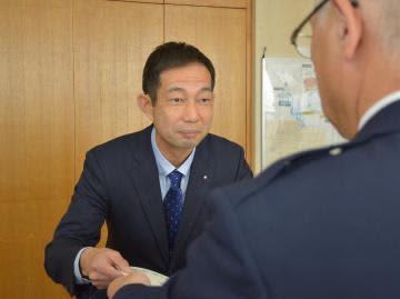 感謝状を受け取る海老沢賢一さん=那珂警察署