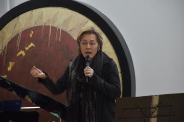 子どもたちに向け熱を込めて歌う石井竜也さん=北茨城市関本町富士ケ丘