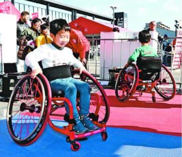 競技用車いすを操作する参加者=徳島市のイオンモール徳島