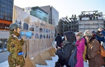7丁目会場では自衛隊員らが大雪像製作の流れについて説明した