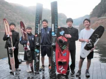 水上スキーやウエークボードに熱中する発足12年目の耶馬渓中水上スキー部メンバー=中津市耶馬渓町の市営水上スポーツ施設「アクアパーク」