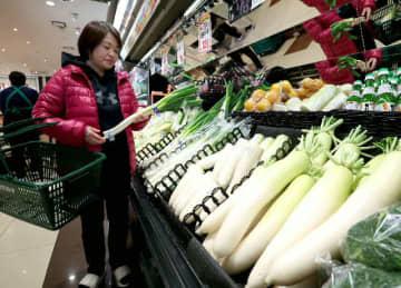 暖冬傾向でダイコンや白ネギなどが安くなっている。消費者はうれしいが、農家には厳しい=大分市のマルミヤストア金池南店