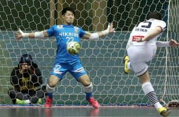 【大分―すみだ】前半、大分のGK岩永がPKを防いで勝ち越しを許さず=東京・駒沢体育館