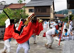 川下祭りで各戸を回り、家内安全などを願って披露される麒麟獅子舞=2019年7月、新温泉町浜坂