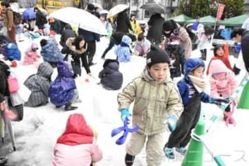 嬬恋村の天然雪で遊ぶ子どもたち